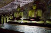 石で掘られた釈迦像が鎮座する。何か浄瑠璃寺の九体仏を思わせる。(あちらは阿弥陀如来だが)
